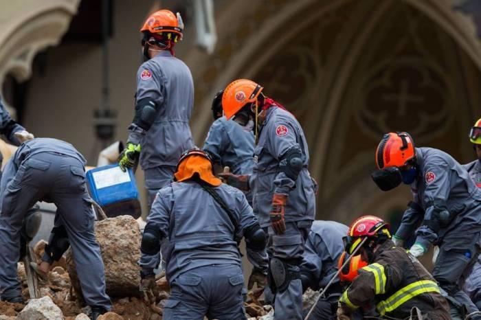 Bombeiros finalizarão buscas em prédio que desabou neste domingo