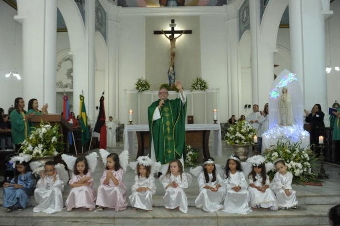 Alunos e professores da Rede Municipal participam da Missa do mês Mariano