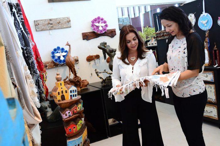 Sula Miranda visita Celeiro Espaço Criativo na Capital