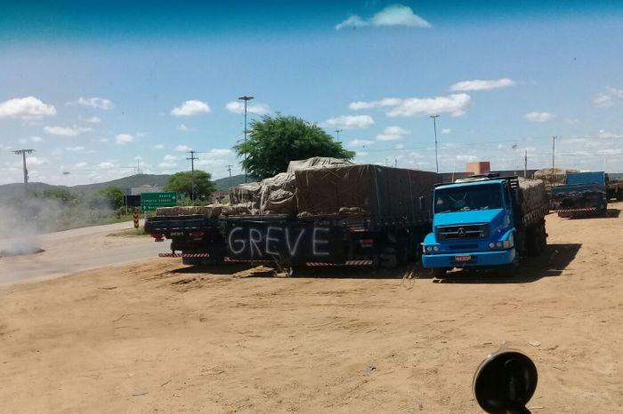 Contra aumento nos combustíveis, manifestantes fecham rodovia federal em Monteiro