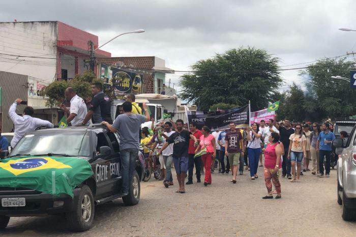 VÍDEO: Comércio fecha e população de Monteiro vai às ruas em apoio aos caminhoneiros