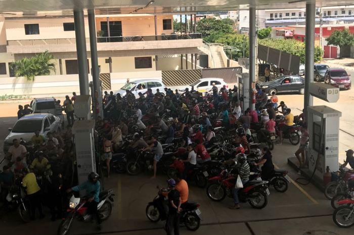 Motoristas enfrentam filas para abastecer em postos de gasolina em Monteiro