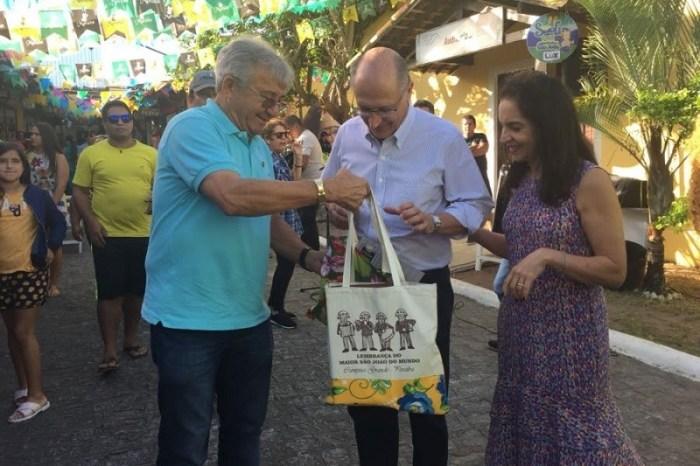 Pré-candidato à Presidência pelo PSDB visita Vila do Artesão