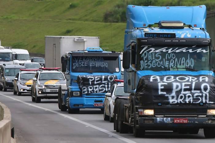 Grupos de caminhoneiros decidem fazer paralisação no dia 29
