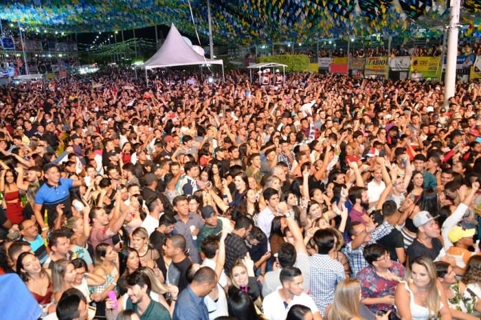 Multidão amanhece o dia em praça pública ao som de Gustavo Lima em Monteiro