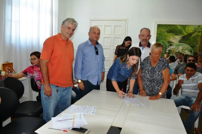 Prefeita de Monteiro assina ordem de serviço para construção de 42 cisternas