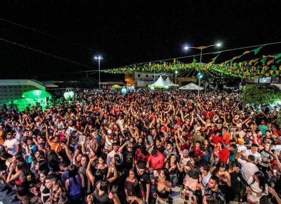 Cinco mil pessoas prestigiam primeira noite do São João da cidade de Ouro Velho