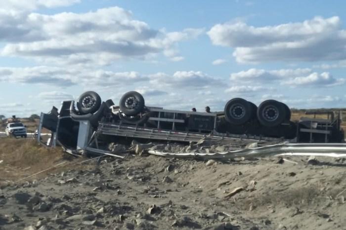 Motorista morre preso nas ferragens após caminhão tombar em cidade do Cariri