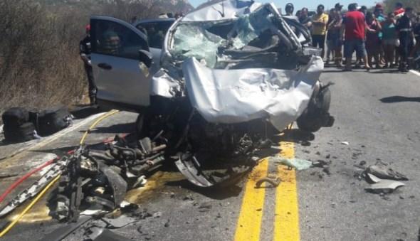 Acidente entre carro e ambulância deixa quatro mortos na PB