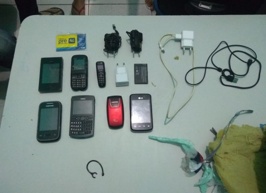 Pacote com sete celulares é arremessado dentro da Cadeia Pública de Monteiro