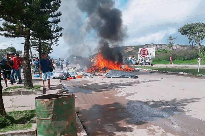 Fronteira vive sábado de confrontos entre brasileiros e venezuelanos