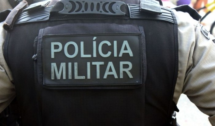 Travesti reage a abordagem e fere cabeça de policial em JP