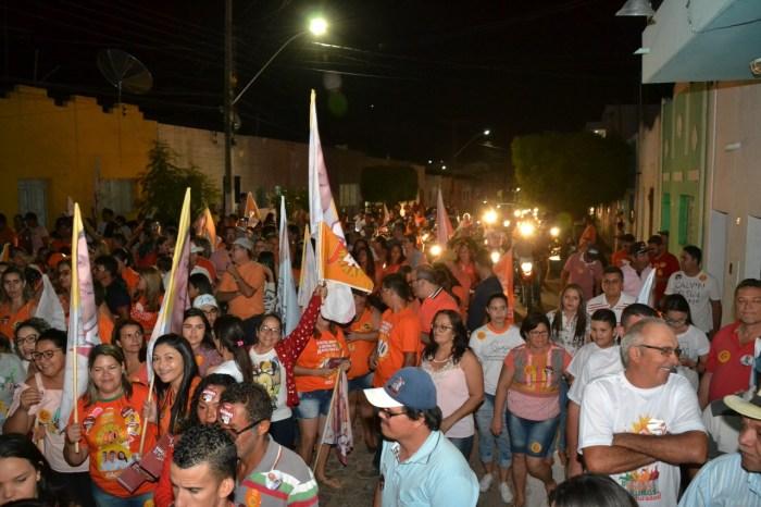 Batinga faz caminhada em Monteiro e recebe apoio e carinho da população