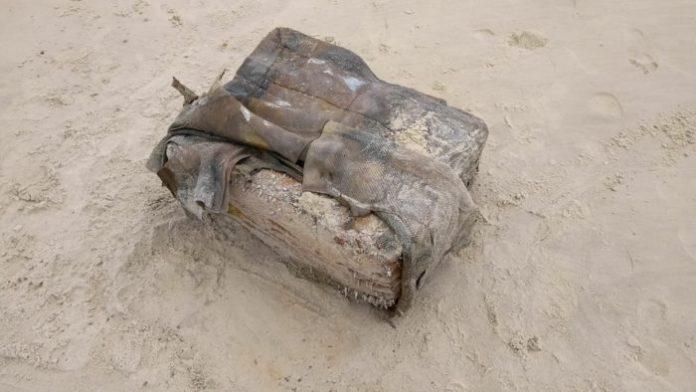 Pacotes misteriosos são encontrados em praias da Paraíba