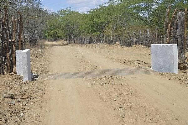 Prefeitura de Gurjão constrói mata-burros em diversas localidades com recursos próprios