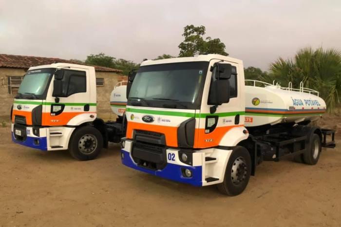 Prefeito faz entrega de mais dois novos caminhões-pipa em Boa Vista