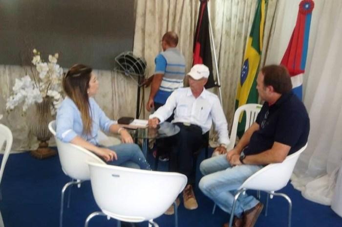 Prefeita de Monteiro realiza atendimentos ao público na Feira da Caprinovinocultura