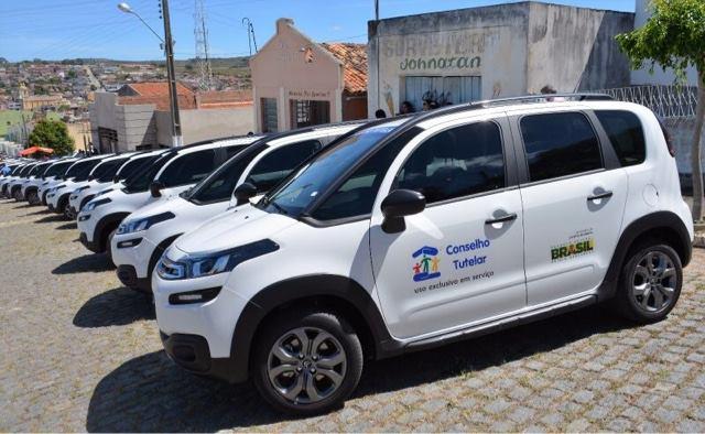 Luiz Couto faz entrega de 16 veículos a municípios cidades do Cariri paraibano nesta sexta