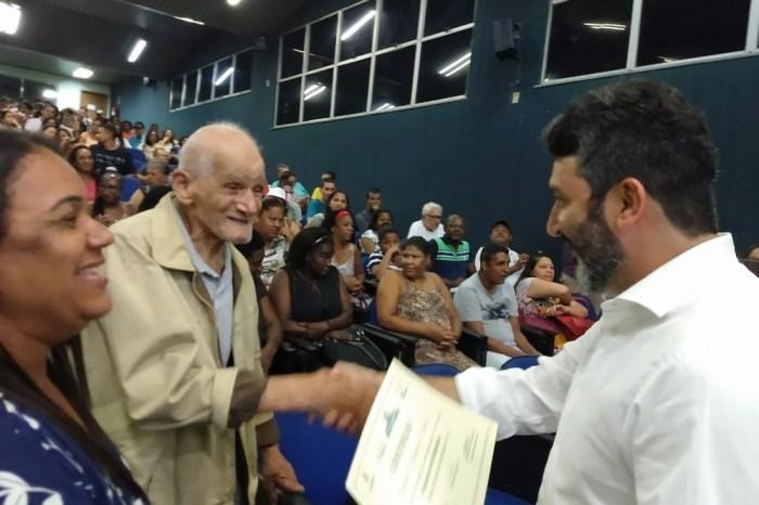 Alfabetizado aos 91 anos, idoso se encanta ao olhar diploma no RJ