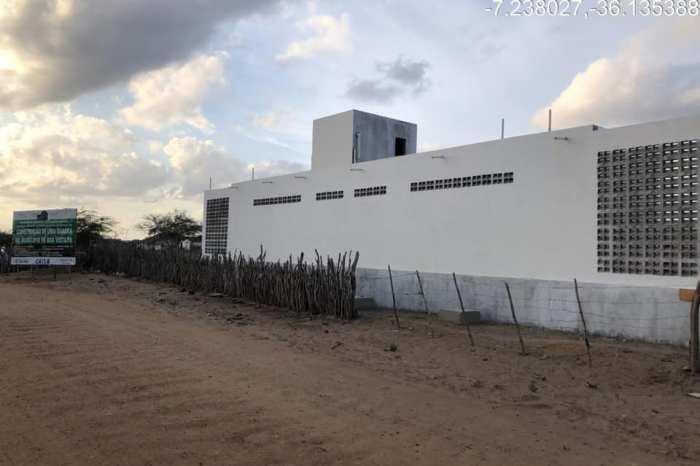 Prefeito de Boa Vista vistoria obra de construção de quadra em comunidade rural