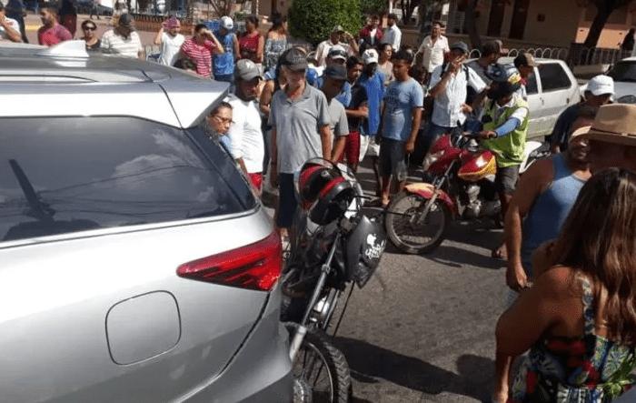 Colisão entre moto e carro deixa uma pessoa ferida no centro da cidade de Sumé