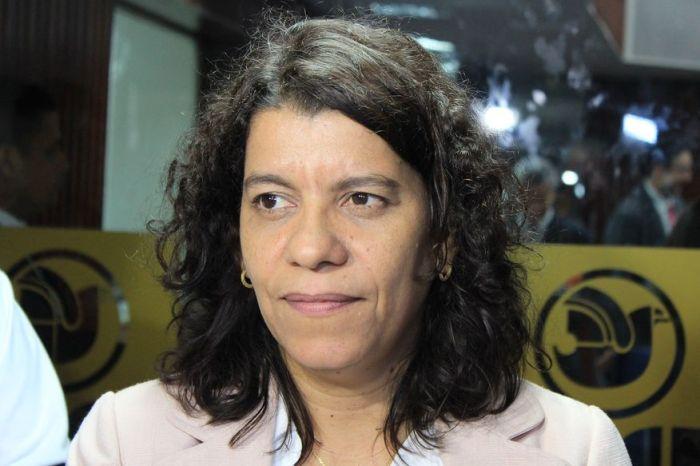 MOÍDOS DA REDAÇÃO: Deputada Estela Bezerra fica ferida após colidir carro em árvore