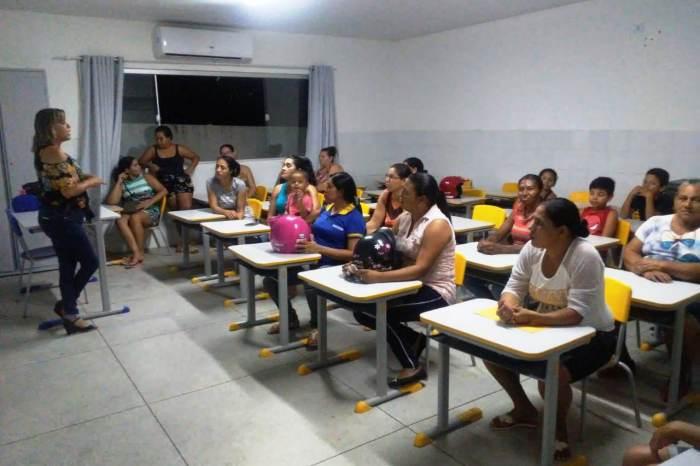 Pais de alunos da Escola Professor Araújo Valença participam de reunião com docentes