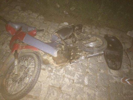 Duas pessoas ficam feridas após colisão entre carro e moto em Monteiro
