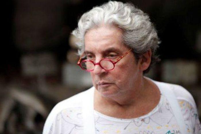 Corpo do diretor Domingos Oliveira é enterrado sob aplausos