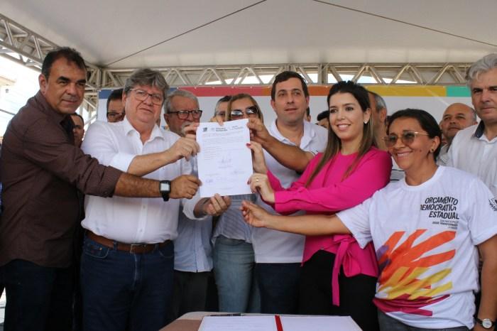 Ao lado de Anna Lorena, João Azevêdo inaugura obras e anuncia investimentos que somam mais de R$ 5 mi