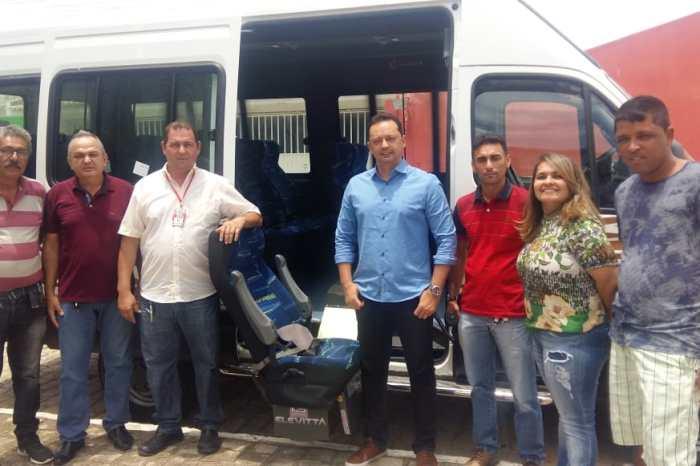 Prefeito Éden entrega transporte com acessibilidade para a Secretaria de Saúde