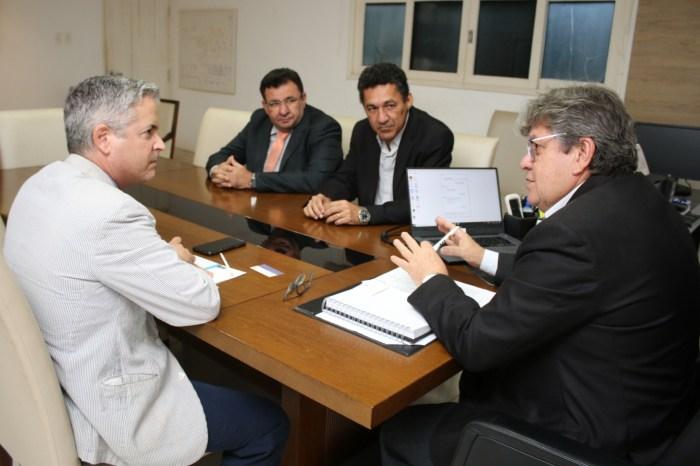 João Azevêdo discute parcerias com cônsul da Espanha