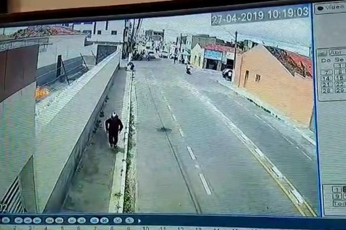 Dupla em moto tenta atear fogo em cadeia pública de Esperança