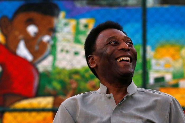 Pelé chega ao Brasil em cadeira de rodas e é internado novamente