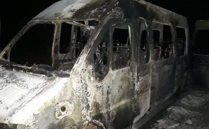 Van que transportava equipe de futebol pega fogo em São João do Cariri