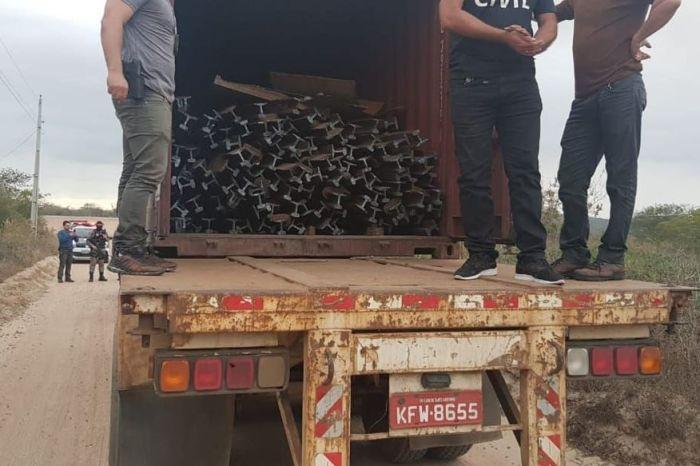 Polícia prende 12 homens e apreende carreta carregada de trilhos de trem em Soledade
