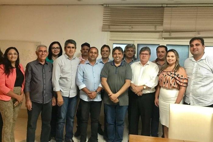 Governador recebe comitiva de prefeitos da base de Genival Matias