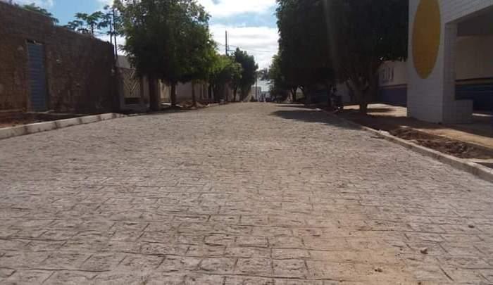 MOÍDOS DA REDAÇÃO: Jornalista destaca conclusão de pavimentação de rua esquecida pela gestão anterior