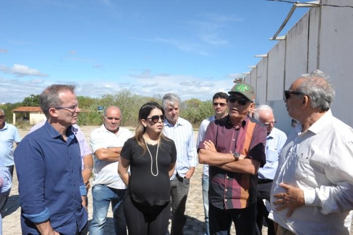 Prefeita participa de reunião para discutir reabertura do abatedouro de caprinos de Monteiro