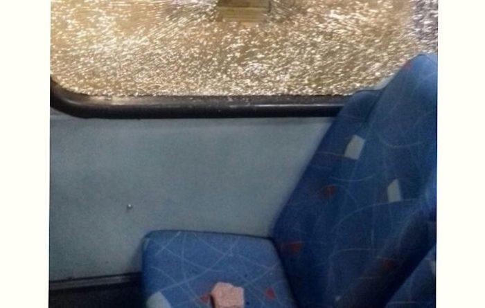 Ônibus de estudante de Sertânia é atingido com pedras na estrada de Monteiro