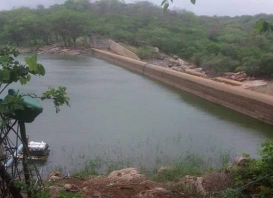 Canoa com quatro pessoas vira e três estão desaparecidas em barragem em Monteiro