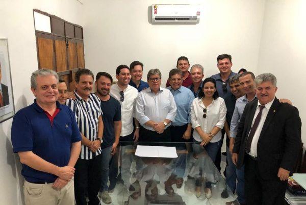João leva 13 deputados e um senador a evento em Juazeirinho em demonstração de apoio