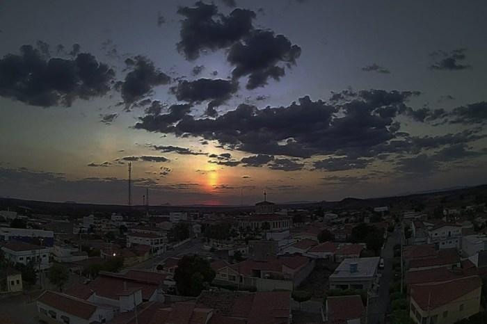 Fenômeno raro 'pilar solar' é visto em cidades da Paraíba