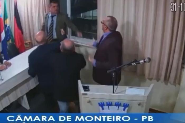 Vereador perde a postura e parte para agredir Secretário Municipal em Monteiro; Veja Vídeos