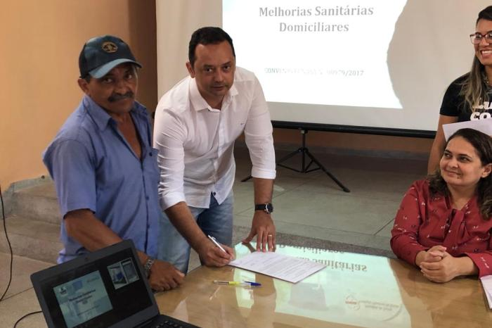 Prefeito Éden Duarte entrega mais 10 banheiros domiciliares à zona rural