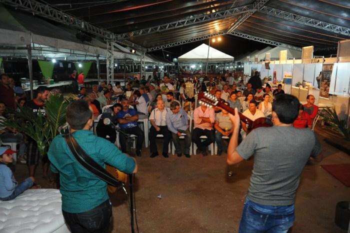 Monteirenses, turistas e produtores prestigiam abertura da Expo Monteiro 2019
