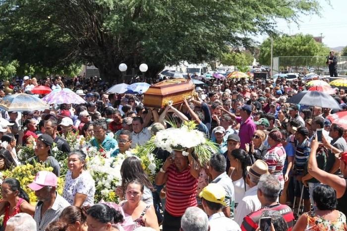 Sob forte comoção, corpo do cantor Dejinha de Monteiro é sepultado