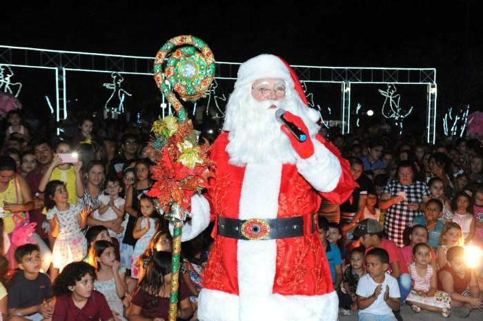 Chegada do Papai Noel reúne centenas de crianças na Praça João Pessoa em Monteiro