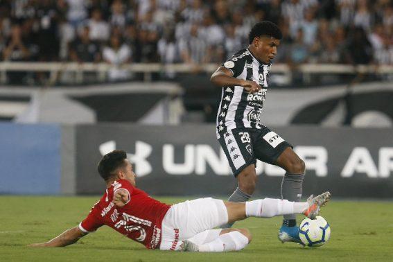 Goleiro falha e Botafogo carioca amarga outra derrota