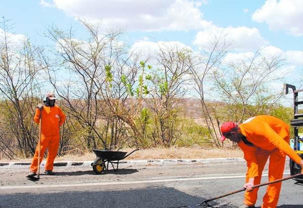 Com vários buracos, DNIT inicia obras de manutenção na BR-412